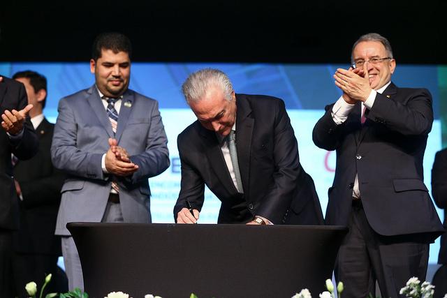 Assinatura sobre decreto BIM
